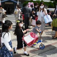 入学式を終え、重そうにランドセルを持ち学校を後にする新入生=福岡市中央区の赤坂小学校でで2020年5月23日午前9時31分、矢頭智剛撮影