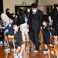 入学式を終え、保護者と会場を後にする子どもたち=福岡市中央区の赤坂小学校でで2020年5月23日午前9時17分、矢頭智剛撮影