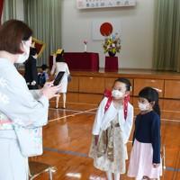 入学式を終え、会場で記念撮影する子どもたち=福岡市中央区の赤坂小学校でで2020年5月23日午前9時18分、矢頭智剛撮影
