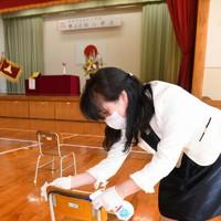 入学式後椅子を消毒する教師=福岡市中央区の福岡市立赤坂小で2020年5月23日午前9時21分、矢頭智剛撮影