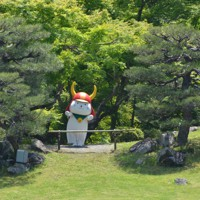 そろりと庭へ。国宝・彦根城を巡るひこにゃん=滋賀県彦根市金亀町で2020年5月23日午後1時25分、伊藤信司撮影