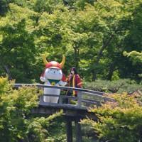 新緑が美しい彦根城の大名庭園に姿を見せたひこにゃん=滋賀県彦根市金亀町で2020年5月23日午後1時47分、伊藤信司撮影