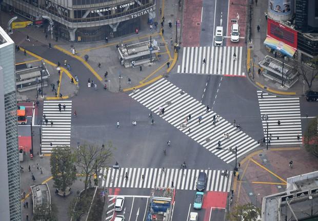 日曜日の昼間でも人通りが少ない東京・渋谷のスクランブル交差点=2020年4月5日、本社ヘリから手塚耕一郎撮影
