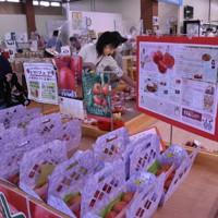 新鮮なトマトを買い求める買い物客で店内はにぎわった=新潟市中央区の「いくとぴあ食花」で