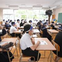 教室でフェースシールドを装着した生徒たち=福岡県粕屋町の粕屋中学校で2020年5月25日午前8時37分、津村豊和撮影