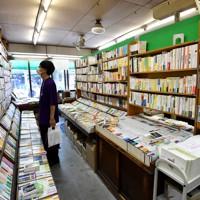 70年の歴史に幕を閉じる三月書房。個性派の本がそろう=京都市中京区で2020年5月13日、川平愛撮影