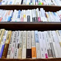 思想家の吉本隆明氏の著書などがそろう三月書房=京都市中京区で2020年5月13日、川平愛撮影