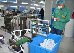 中国・上海市の工場で製造されたマスクを点検する従業員=中国・上海市松江区で2020年(令和2年)1月31日、工藤哲撮影