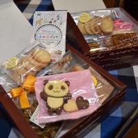 手作りのクッキーなどを詰め合わせた「おやつBOX」=広島市中区紙屋町2の「ふれ愛プラザ」で、小山美砂撮影
