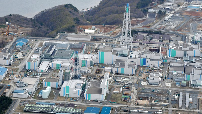 日本原燃の使用済み核燃料再処理工場=青森県六ケ所村で2020年4月24日、本社機「希望」から北山夏帆撮影