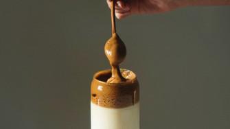 外出自粛の若者の間で人気となったダルゴナコーヒー