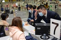 海外からの帰国者は滞在歴や体調不良の有無などを聞かれた=関西国際空港で2020年2月2日、鶴見泰寿撮影
