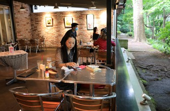 緊急事態宣言解除後の喫茶店。席の間隔を広げて営業している=東京都三鷹市で2020年5月26日、梅村直承撮影