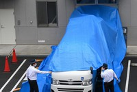 A van to carry Shinji Aoba, the suspect in the deadly arson attack last July on a Kyoto Animation Co. studio, is seen waiting at a hospital in the city of Kyoto on May 27, 2020. (Mainichi/Rei Kubo)