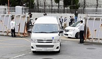 A van carrying Shinji Aoba, the suspect in the deadly arson attack last July on a Kyoto Animation Co. studio, arrives at Kyoto Prefectural Police's Fushimi Police Station in Kyoto's Fushimi Ward on May 27, 2020. (Mainichi/Tatsuya Fujii, image partially modified)