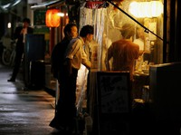 People are seen at eateries in Tokyo's Minato Ward on May 26, 2020, a day after the coronavirus state of emergency that remained for five prefectures in Japan was lifted. (Mainichi/Junichi Sasaki)