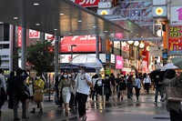 Many people are seen in front of JR Nakano Station in Tokyo's Nakano Ward on May 26, 2020, a day after the coronavirus state of emergency that remained for five prefectures in Japan was lifted. (Mainichi/Kaho Kitayama)