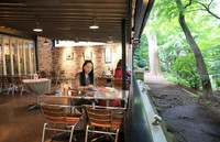 Only a few customers are seen dining at a restaurant  in Inokashira Park in the Tokyo suburb of Mitaka on May 26, 2020. Though the restaurant has been operating while taking countermeasures against the novel coronavirus since mid-May, its sales are about half what they are usually. (Mainichi/Naotsune Umemura)
