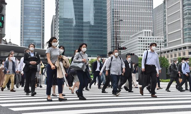 緊急事態宣言が全面解除された朝、多くの通勤客らがマスク姿で行き交う東京・丸の内周辺=東京都千代田区で2020年5月26日午前8時45分、滝川大貴撮影