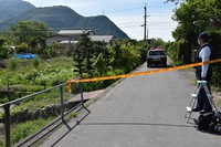 The area surrounding the home where three people died is wrapped with police tape, in the Nagano Prefecture town of Sakaki on the morning of May 27, 2020. (Mainichi/Masahito Minagawa)