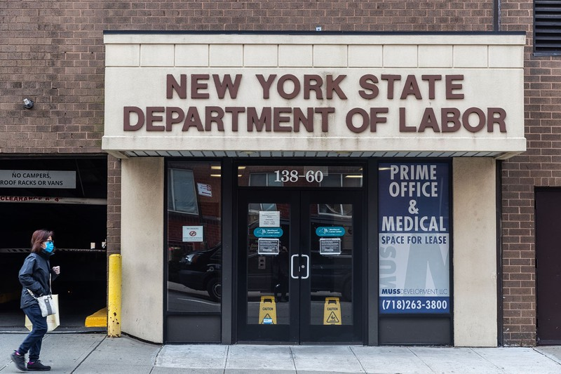 失業保険の申請も急増(ニューヨーク労働センター)(Bloomberg)