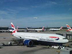 英ヒースロー空港で待機するブリティッシュ・エアウェイズ機(筆者撮影)