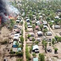 住宅が燃えているラカイン族の村=ミャンマー西部ラカイン州で2020年5月16日、ミャンマー国軍提供・AP