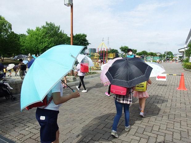 登下校中のマスク、文科省「暑い日はむしろ危険」 児童間距離確保に ...