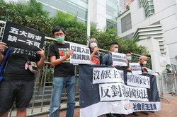 国家安全法に抗議する香港市民 (Bloomberg)