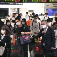 マスクを着けて職場や学校に向かう人たち=JR小倉駅で2020年5月29日午前8時、矢頭智剛撮影