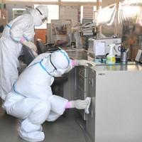感染者が発生した企救中の校舎内を消毒する専門業者=北九州市小倉南区で2020年5月29日、徳野仁子撮影