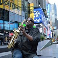 タイムズスクエアでサックスを吹くスウィート・ルーさん(59)。ここで吹き続けて30年以上。街では知られた人だ。観光客は姿を消したが、いつもの場所に座り、メロディーを響かせる。「苦しい時だから、音楽でニューヨーカーの魂を揺さぶりたい。この音はビルの谷間を抜け、みんなの心に届いているはず」=米ニューヨークで2020年5月15日、隅俊之撮影