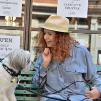 愛犬ジプシーに話しかけるキャロリン・ゴールドハーシュさん(63)。ニューヨーク生まれでマーケティング・コンサルタントの彼女は、米同時多発テロなど多くの苦難も経験してきた。「危機が終わっても、以前と同じ街には戻らないと思う。違うものになる。一つ言えるのは、私達は前に進まないといけないということ」=米ニューヨークで2020年5月21日、隅俊之撮影