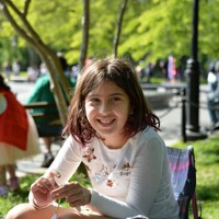 オンライン授業が終わり、母親と近所の公園に日なたぼっこに来た小学3年のマーリー・ロブラティさん(9)。「早く登校できるようになって、普通の生活を取り戻したい。マスクをつけていなくてもいいような日が来ればいい。それから、友達や先生に早く会いたい。パソコン上じゃなくて実際に」=米ニューヨークで2020年5月21日、隅俊之撮影