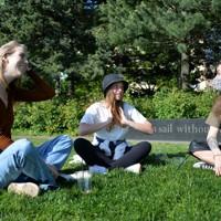 公園で友人同士で話し込む(左から)フォリー・ホールさん(21)と、ドイツ人のカトリーナさん(24)、キムさん(23)。ホールさんはファッションモデル事務所に勤めていたが、解雇された。「仕事に復帰できる日まで待つしかない」。カトリーナさんとキムさんもドイツに帰国するという=米ニューヨークで2020年5月21日、隅俊之撮影