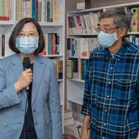 林栄基氏(右)の台北市内の書店を29日に訪れ、香港人への支援を表明する蔡英文総統=台湾総統府提供