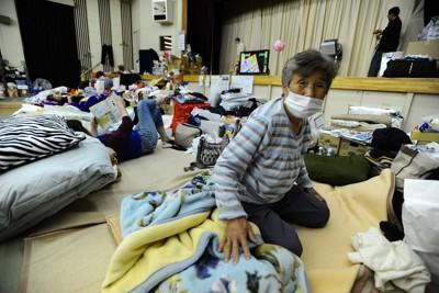 震災から2カ月以上が経過しても、避難所の1畳ほどのスペースで寝起きする被災者ら=宮城県東松島市で2011年6月1日午後8時15分、津村豊和撮影