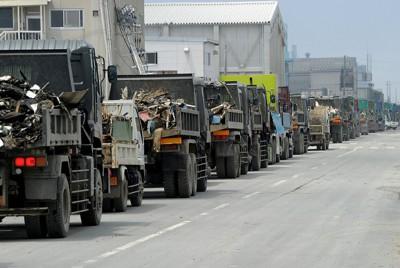 がれき置き場に続く道路にはダンプカーの長い列ができた=宮城県石巻市で2011年6月3日午前10時54分、津村豊和撮影
