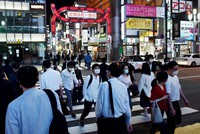Many people are seen around the Kabukicho entertainment district in Tokyo's Shinjuku Ward on May 25, 2020, after the state of emergency was fully lifted. (Mainichi/Daiki Takikawa)