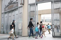 People are seen entering Tennoji Zoo, which reopened after temporary closure due to the novel coronavirus pandemic, in Osaka's Tennoji Ward on May 26, 2020. (Mainichi/Satoshi Hishida)