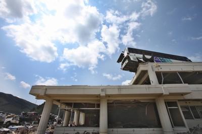 震災からまもなく3カ月。公民館の屋上には津波によって打ち上げられた観光バスが当時のまま残っている=宮城県石巻市雄勝町で2011年6月8日午後1時14分、梅田麻衣子撮影