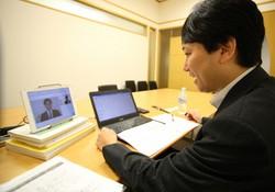 新型コロナウイルス感染防止のため、新卒学生の採用面接をオンラインで行う損保ジャパンの人事担当者=東京都新宿区で2020年6月1日午前9時半、丸山博撮影