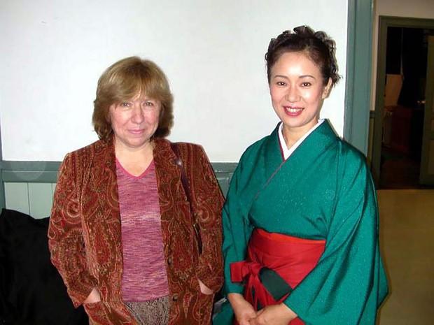 『チェルノブイリの祈り』の著者、アレクシエービッチさん(左)と=2003年10月 神田香織さん提供