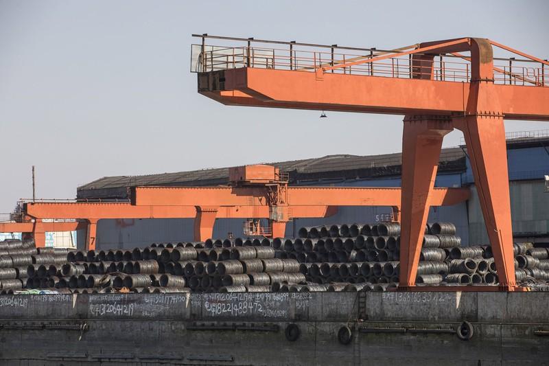 日本の鉄鋼産業にのしかかるコロナと中国の鉄鋼増産(上海の港で出荷を待つ中国産の鋼材)(Bloomberg)