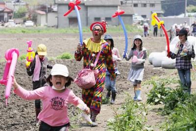 子どもたちに風船でトンボなどを作ってあげたピエロの「いちろうくん」(中央)。埼玉県から4月13日に原付バイクで被災地に駆けつけた。初めは10日ほどで帰るつもりだったが、避難所などを巡り続けて早や2ヶ月になろうとしいる。「被災した子どもたちの喜ぶ顔を見たら、帰れなくなっちゃったんです」=岩手県陸前高田市で2011年6月4日午前11時3分、石井諭撮影
