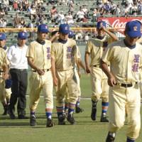第89回全国高校野球選手権大会2回戦、長崎日大に初戦で敗れ、肩を落とす星稜の選手たち=阪神甲子園球場で2007年8月12日、小関勉撮影