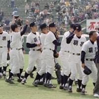 1992年夏以来となる甲子園出場となった第68回選抜高校野球大会。開幕試合で福井商に勝利し、試合後、アルプススタンドの応援団にあいさつする明徳義塾の馬淵監督(右から2人目)=阪神甲子園球場で1996年3月26日