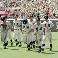 第74回全国高校野球選手権大会3回戦(広島工-明徳義塾)の試合後、スタンドにあいさつして引き上げる明徳義塾の馬淵監督(右手前)=阪神甲子園球場で1992年8月22日