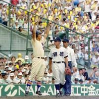 第74回全国高校野球選手権大会2回戦(明徳義塾-星稜)、五回表星稜2死一、二塁、福角の左中間適時打で林が生還し、三塁上で喜ぶ松井=阪神甲子園球場で1992年8月16日