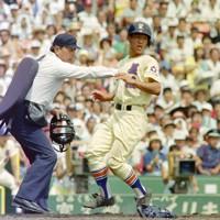 第74回全国高校野球選手権大会2回戦(明徳義塾-星稜)、三回表星稜1死満塁、月岩のスクイズで三塁走者・林が生還=阪神甲子園球場で1992年8月16日